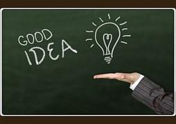 Tafel auf der Good Ideas steht. Unter der gezeichneten aufleuchtenden Glühbirne ist eine flache Hand
