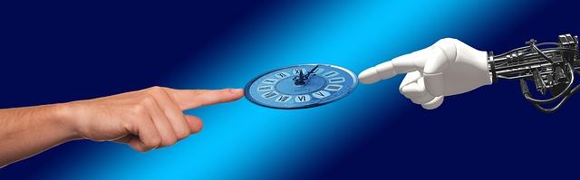 Eine Uhr wird von einem menschlichen und einem Roboterfinger gehalten.