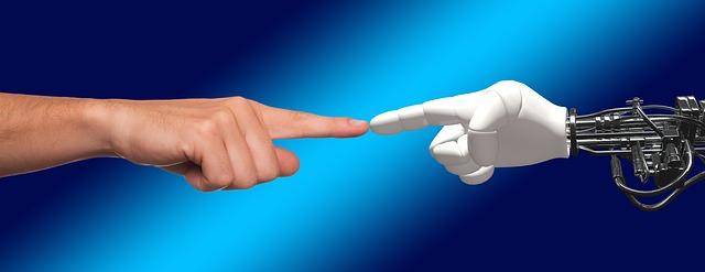 Der Zeigefinger einer Roboter und einer menschlichen Hand berühren sich.